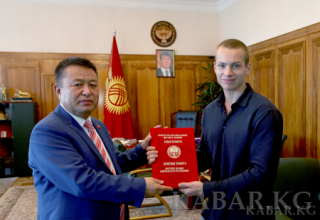 Kyrgyz Speaker awards Yuri Lugvin the Honorary Certificate of the Parliament for his courage during a fire in Moscow